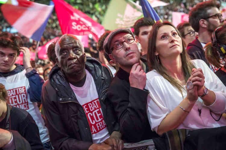 Mettant l'ancien banquier et ministre de l'économie dans le même sac que François Fillon, il a dénoncé les prétendants à l'Elysée dont le but est de « réaliser leur destin » dans « cette campagne polluée par l'argent ».