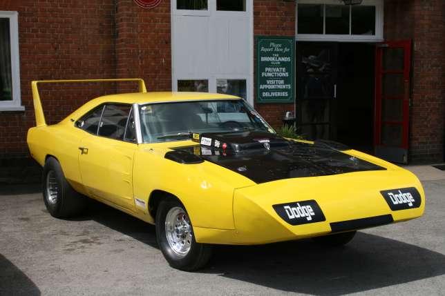 Une Charger Daytona avec son spoiler arrière.