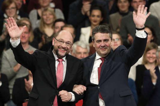 Sigmar Gabriel, président sortant (à d.) et Martin Schulz, président nouvellement élu du SPD, lors du congrès extraordinaire de ce partie, à Berlin le 19 mars.
