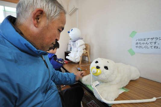 Robot thérapeutique Paro, en février 2012.