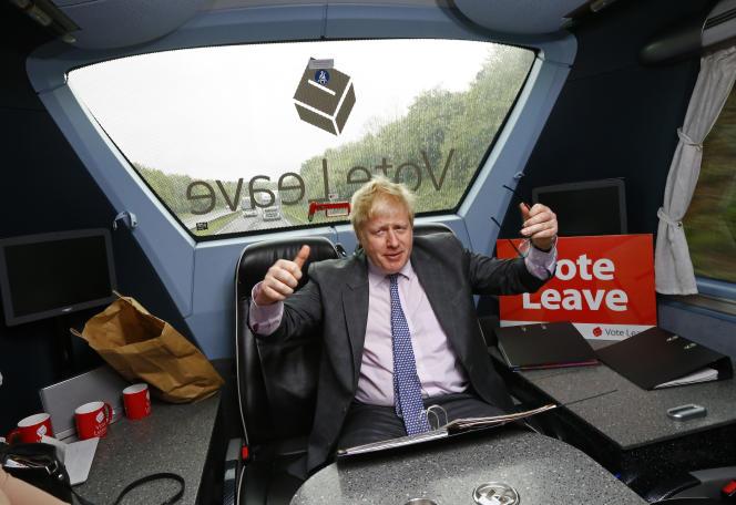 Boris Johnson, dans le bus de campagne du « Vote Leave », en mai 2016.