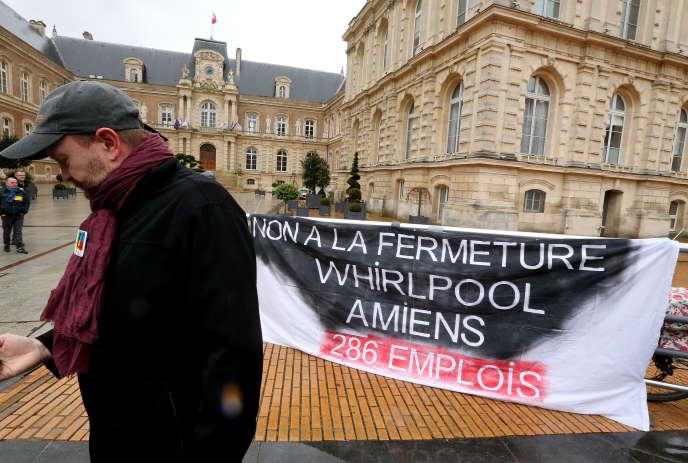 Une banderole déployée par des manifestants, le 4 février, devant la mairie d'Amiens pour protester contre la fermeture de l'usine d'électroménager Whirlpool.