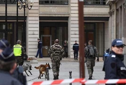 Des démineurs au pôle financier du tribunal de grande instance de Paris après une alerte à la bombe le 20 mars, dans le 9e arrondissement.