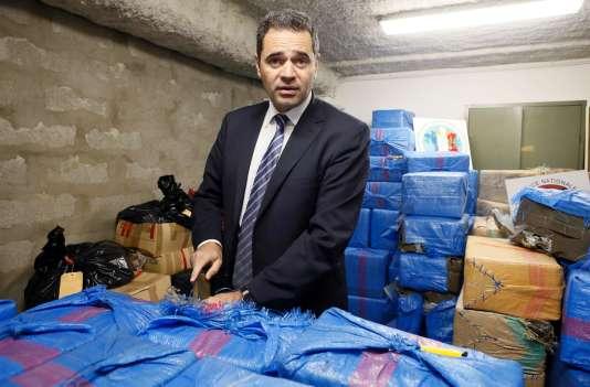 François Thierry avec 2,5 tonnes de cannabis saisies par la police française à Nanterre, le 20 mars.