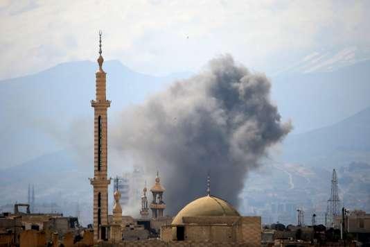 De la fumée s'élève après un raid aérien sur la partie du quartier deJobar contrôlée par les rebelles, dans l'est de Damas, en Syrie, le 20 mars 2017.
