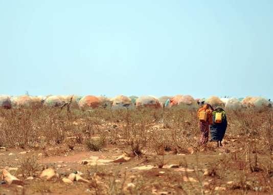 Des femmes rapportent de l'eau au camp de l'ONU à Baidoa, dans le sud-ouest de la Somalie touchée par la famine, le 14 mars.