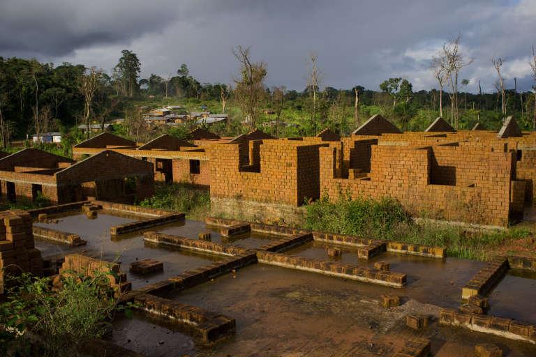 Quelques-unes des maisons en brique, inachevées, qui devaient accueillir les habitants de Kinjor déplacés pour permettre dl'exploitaiton de la mine New Liberty Gold en janvier 2014.