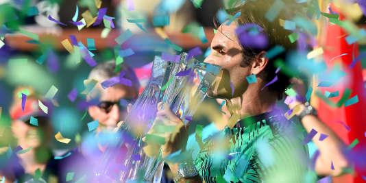 Le Suisse Roger Federer célèbre sa victoire contre son compatriote Stan Wawrinka, en finale de l'Open d'Indian Wells, dimanche19 mars.