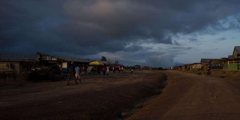 La route principale de Kinjor, à l'ouest du Liberia.