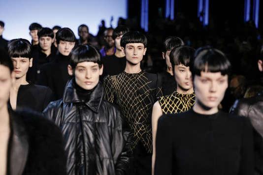 Au défilé d'Haider Ackermann, tous les modèles portaient une perruque noire.
