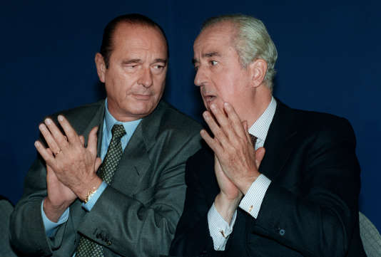 Le premier ministre Edouard Balladur (à droite) s'entretient avec le président du RPR Jacques Chirac, le 26 septembre 1993 à La Rochelle, lors du rassemblement d'automne des parlementaires du parti gaulliste.