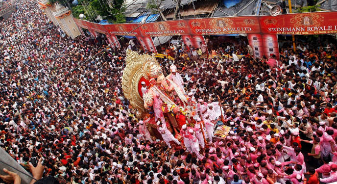 Une procession d'Indiens, à Bombay (Mumbai), lors de la Fête de Ganesh («Ganesh Charturthi»), en septembre 2007. L'Inde, avec ses repères culturels très différents de ceux des Occidentaux, fait partie des destinations à risque.
