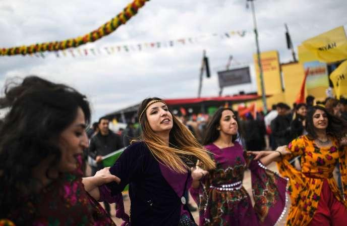 100000 Kurdes de Turquie se sont rassemblés àDiyarbakir, mardi 21mars, pour fêter Newroz, la nouvelle année. Ils étaient dix fois plus nombreux en 2015.