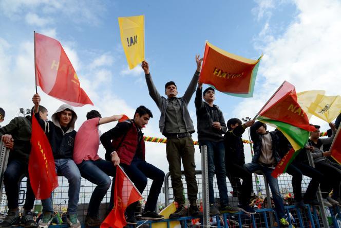 A Diyarbakir, mardi 21mars. Le « Na» inscrit sur les drapeaux fait référence au «non» des Kurdes de Turquie au référendum constitutionnel organisé mi-avril.