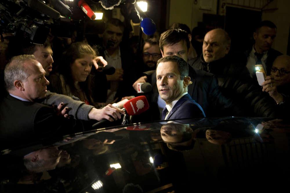 Après le débat télévisé, Benoît Hamon donne ses impressions à la presse et à ses militants.