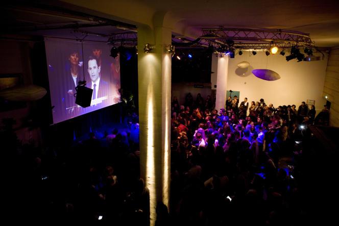 Les militants de Benoît Hamon regardent le débat télévisé à La Bellevilloise, à Paris, le20 mars 2017.