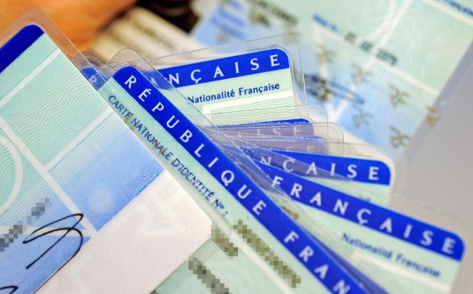 Des cartesd'identité nationales,vérifiées afin de déceler d'éventuels défauts au centre d'établissement de la carte d'identité française de Limoges,le 25 février 2010.