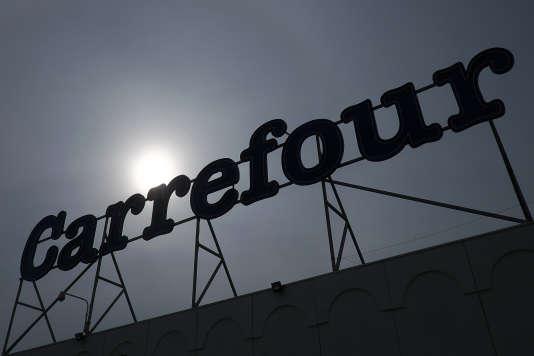 Carrefour proposera son compte C-zam dans ses hypermarchés comme dans ses magasins de proximité, soit plus de 3 000 points de vente.