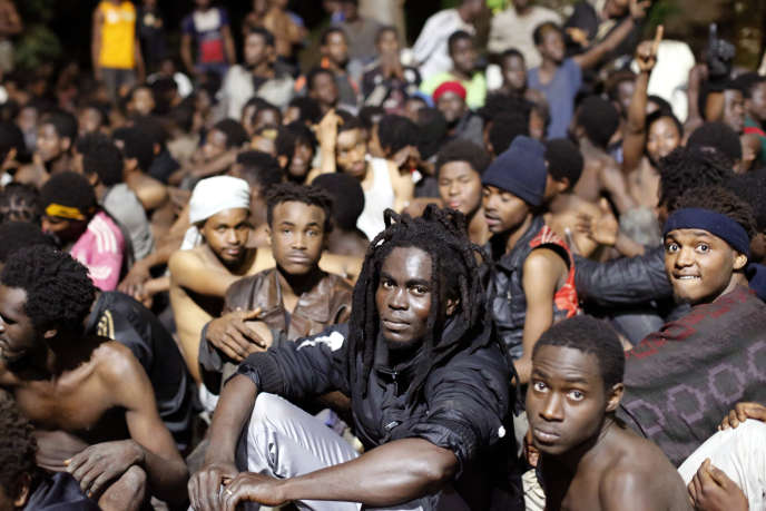 Des migrants originaires des pays subsahariens ayant réussi à passer la frontière à Ceuta, le 17février.