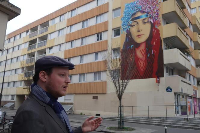 Théo Abramowitz devant la fresque de Btoy, boulevard Vincent-Auriol.