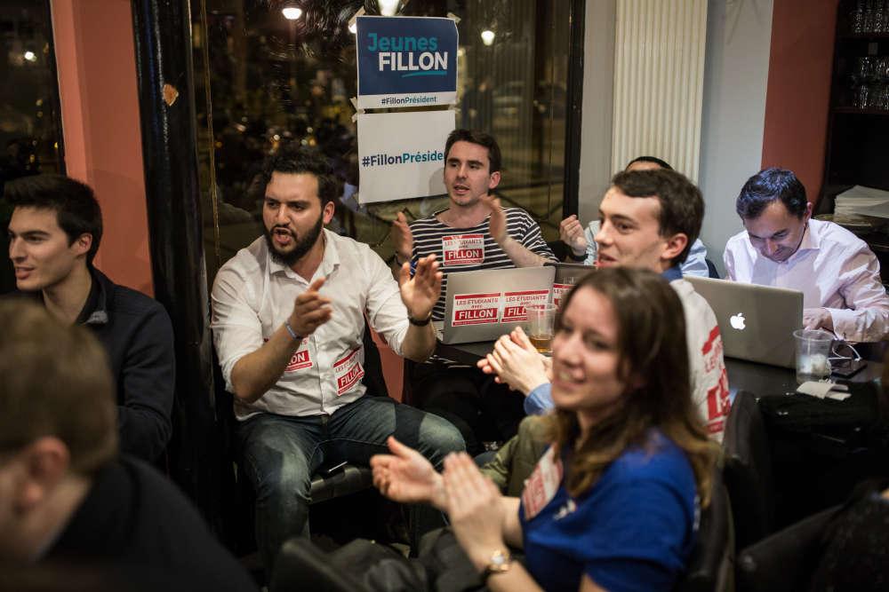 Les militants fillonistes, rassemblés dans un bar du 18e arrondissement de Paris regardent le débat ensemble sur TF1.