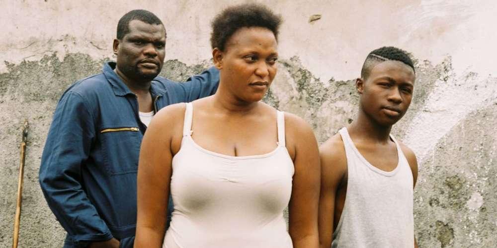 Avec ce beau film, le cinéaste franco-sénégalais, dont on était sans nouvelle depuis 2013 (année de sortie d'«Aujourd'hui»), nous embarque à Kinshasa, au Congo, à la rencontre d'un nouveau personnage magnifique. Chanteuse de bar, mère célibataire d'un grand adolescent qui se retrouve hospitalisé après avoir été renversé par une moto, femme de tête, ouverte au plaisir, à l'amour quand il se présente, Félicité négocie sa liberté pied à pied dans le tumulte de la capitale africaine.