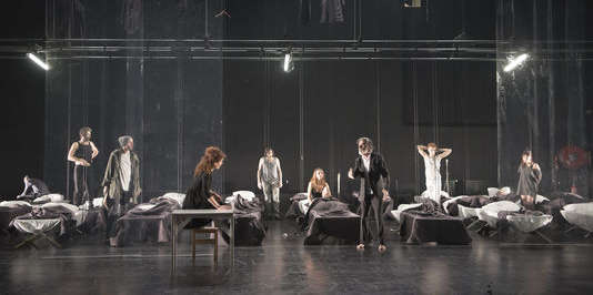 La troupe d'Eric Lacascade dans «Les Bas-Fonds», de Maxime Gorki, au Théâtre national de Bretagne.