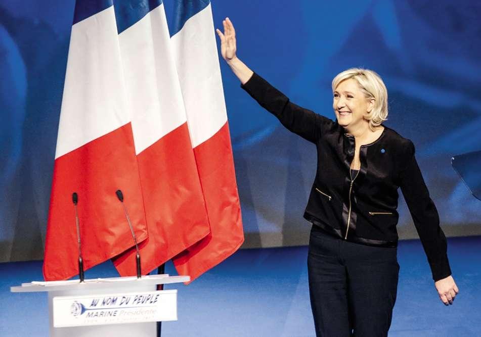 En février, Marine Le Pen lance officiellement sa campagne présidentielle à Lyon. Et prend garde aux symboles. La candidate FN est entièrement vêtue de bleu marine (parce qu'elle s'appelle Marine, mais cela, vous le savez déjà) et porte à la boutonnière une petite rose bleue, référence évidente au logo de sonrassemblement. Profitons-en pour rappeler que les boutonnières sont apparues au XVIIe siècle dans la noblesse française. À l'époque,le parfum des fleurs permettait aux hommes, peu portés sur les douches, de masquer leurs odeurs corporelles. Quand ils ne portaient pas de lin…