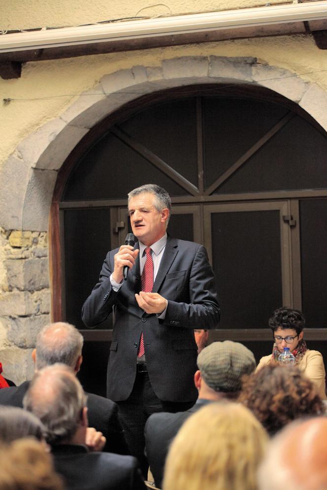 Jean Lassalle lors d'une réunion publique à Bidos, dans les Pyrénées Atlantiques, pour le lancement de sa campagne présidentielle.