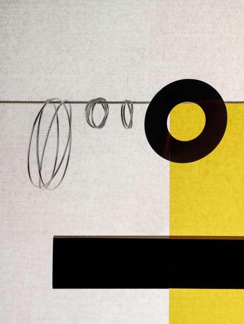 Lignes épurées ou détails coquets, mécanique de précision et technique invisible, horlogerie et haute joaillerie révèlent tout leur art. Stylisme Winnie Placzko.Bagues deux et trois tours ; bracelet trois tours collection Saint-Germain, en or gris et diamants, Arthus Bertrand.