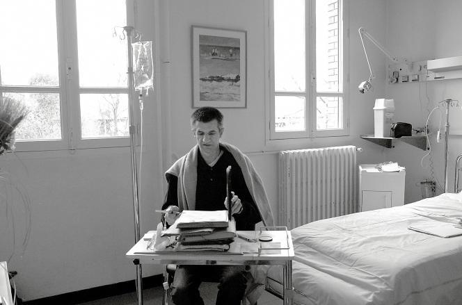 Jean Lassalle, alors député UDF, est hospitalisé à l'hôpital Raymond Poincaré de Garches après sa grève de la faim.