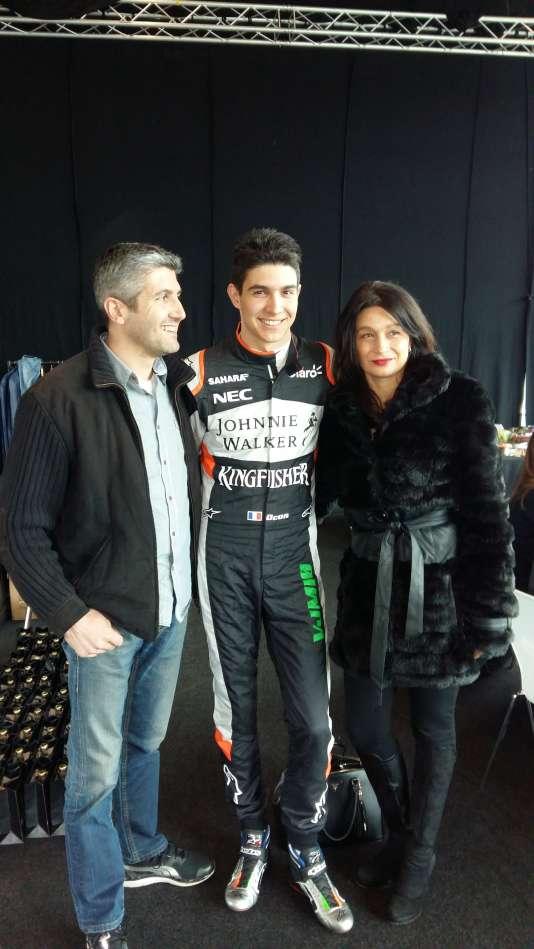 Esteban Ocon entouré de ses parents, Laurent et Sabrina, lors de la présentation officielle de la saison 2017 àSilverstone (Royaume-Uni), où est installée l'écurie Force India.