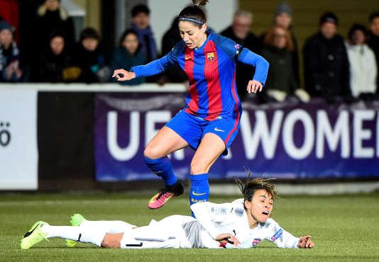 La Barcelonaise Vicky Losada saute par-dessus son adversaire de Rosengard.