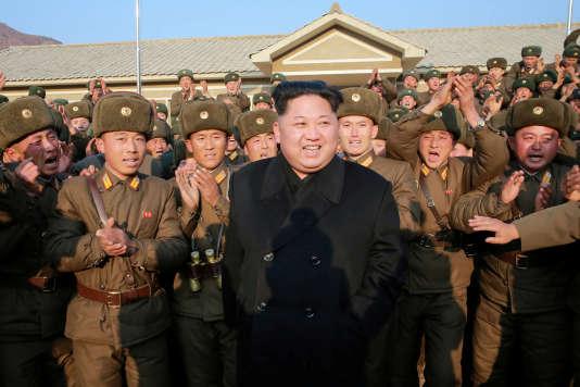Le dirigeant nord-coréen Kim Jong-un inspecte une sous-unité de l'armée, sur cette photo non datée publiée par l'agence de presse nord-coréenne (KCNA), le 9 novembre 2016.