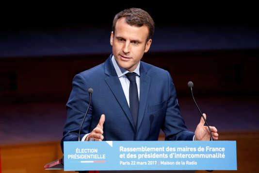 Emmanuel Macron, au rassemblement des maires de France et des présidents d'intercommunalités, à Paris, le 22 mars.
