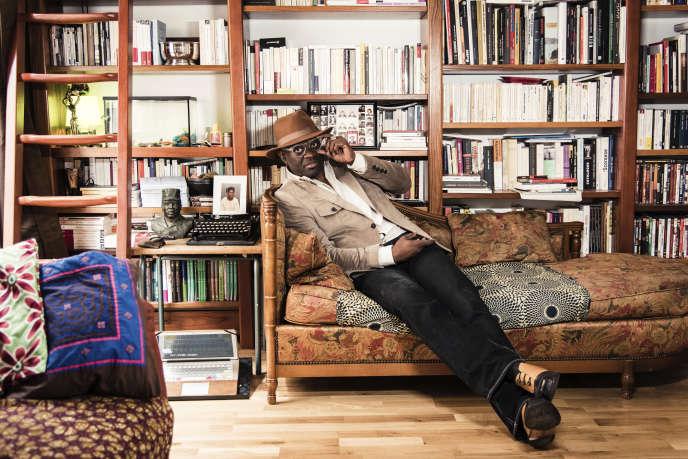 Alain Mabanckou chez lui, à Paris, en 2016.
