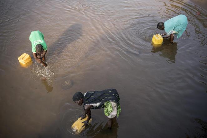 Des femmes puisent l'eau de la rivière polluée Torit au Sud-Soudan pour leur consommation domestique, le 9 mars.