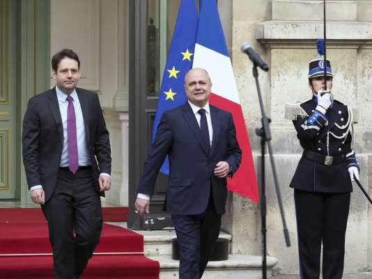 Matthias Fekl et Bruno Le Roux lors de la passation de pouvoir, mercredi 22 mars au ministère de l'intérieur.