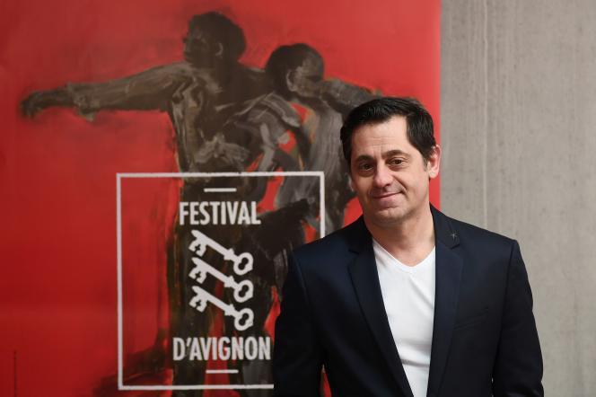 Le directeur Olivier Py devant l'affiche officielle du 71e Festival, à Avignon, le 22 mars.