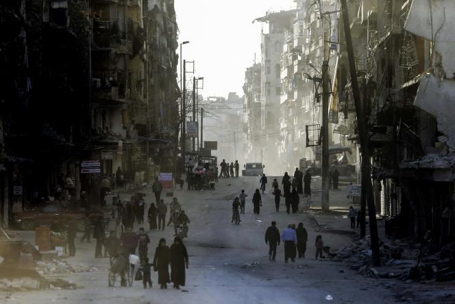 Le 9 mars, dans une rue du quartier Al-Shaar à Alep, repris aux forces rebelles en décembre 2016 par l'armée syrienne.