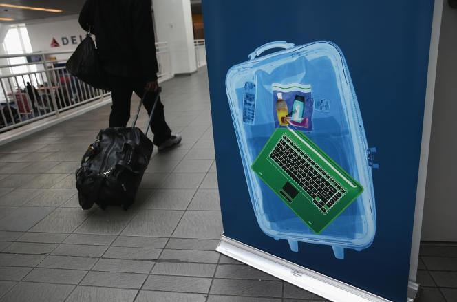 Le 26 janvier 2014, un voyageur passe devant un centre de contrôle, à l'aéroport LaGuardia de NewYork.