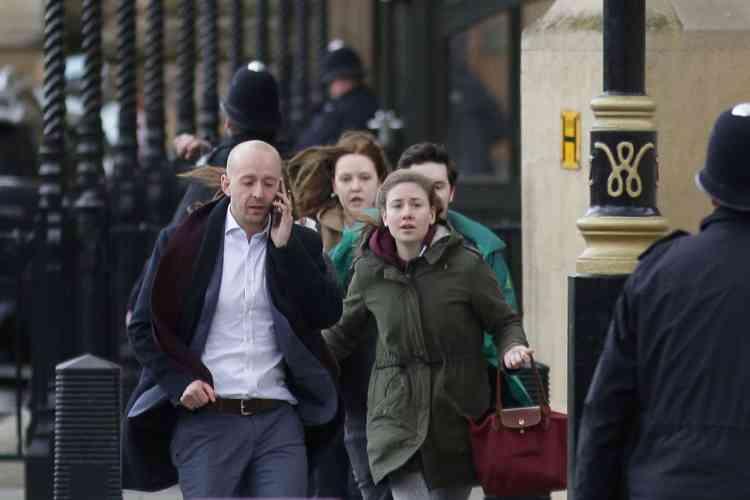 Des personnes sont évacuées du Parlement, mercredi 22 mars.