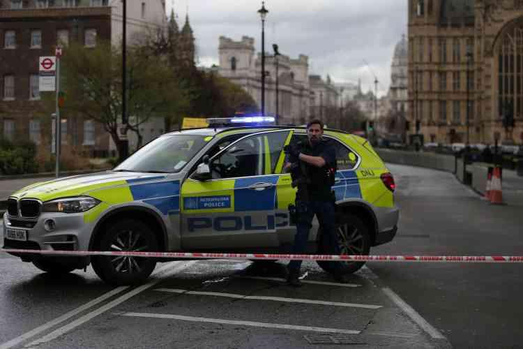 Dès l'alerte donnée vers 15 h 30, la police a sécurisé les alentours du Parlement au cœur de la capitale britannique.