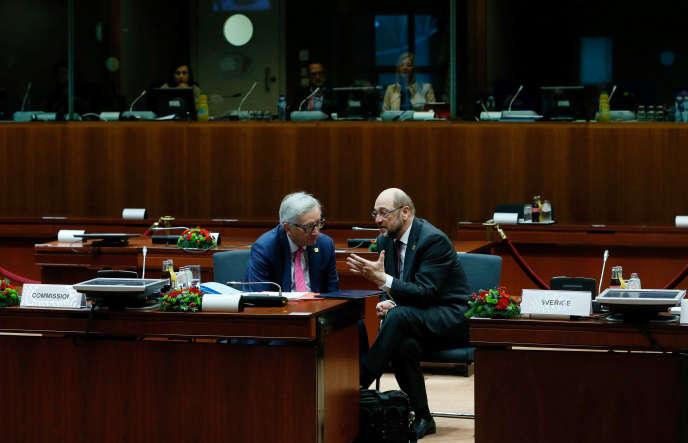 Jean-Claude Juncker (à gauche), le président de la Commission, et Martin Schulz, alors président du Parlement européen, en décembre 2016, à Bruxelles.