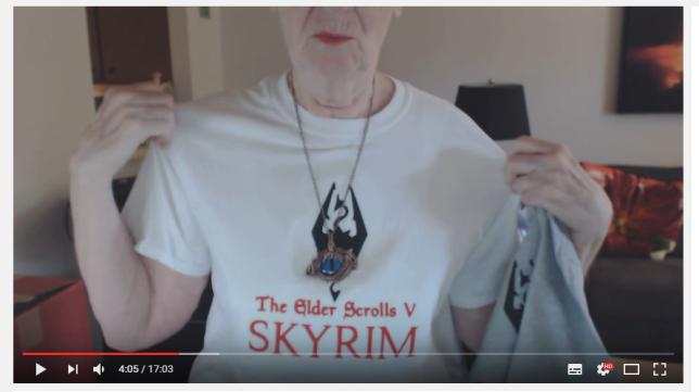 Dans son premier vlog, réalisé pour fêter les un an de sa chaîne, Shirley dévoile son t-shirt hommage à «Skyrim».
