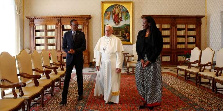Le président rwandais Paul Kagame et sa femme Jeannette lors de leur rencontre avec le pape François, au Vatican, le 20 mars.