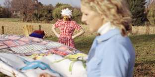 A gauche, Robe en crêpe de soie et bonnet, Miu Miu. A droite, Robe en popeline de coton, Miu Miu. Pull en cachemire, Éric Bompard.