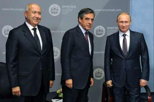 L'homme d'affaire Fouad Makhzoumi avec François Fillon et le président Poutine à Saint Petersbourg le 19 juin 2015.
