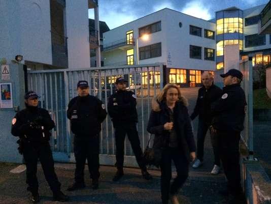 Des policiers devant l'entrée du lycée privé Saint-Joseph de Concarneau, dans le Finistère, le 22 mars.