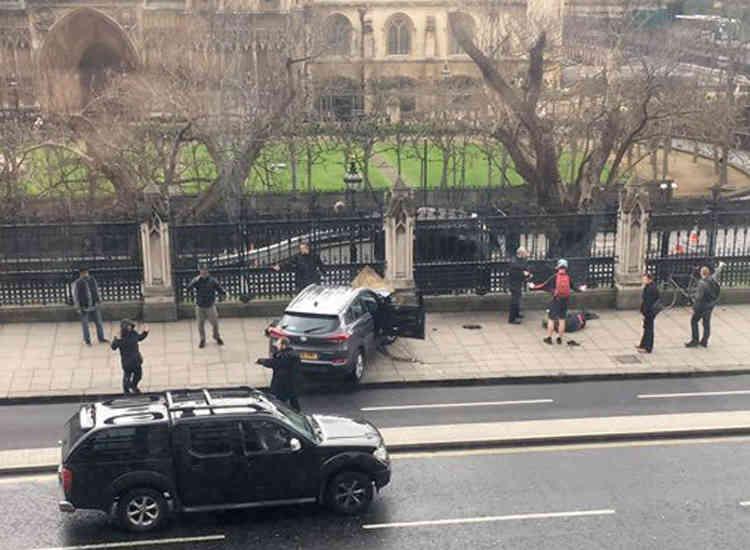 La voiture utilisée par l'assaillant, une Hyundai i40 grise, sur Bridge Street après l'attaque.